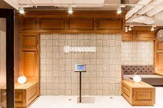 本をモチーフにしたエントランスが素敵です。タッチパッド式の受付システムで担当の方に来ていただきます。 Office Entrance, Sustainable Living, Wall Design, Interior Design, Architecture, Brown, Shop, House, Furniture