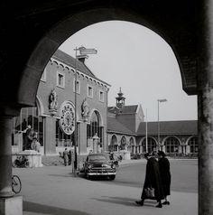 Het station gezien door een gevel