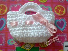 How to Crochet a Mini Tote Bag Materials Needed: Size 10 Crochet Thread Pair of Scissors mm. Crochet Hook The photo tutorial on how to crochet a mini tot. Crochet Barbie Patterns, Crochet Dolls, Knit Crochet, Confection Au Crochet, Crochet Patron, Crochet Purses, Crochet Videos, Little Bag, Crochet Gifts