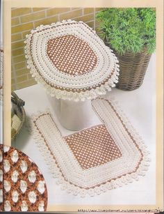 Uncinetto d'oro: Completo per bagnio!  Lid Cover, Comode Rug and Extra Tissue Holder all Crocheted)...It would be easy to make a Bath Mat Rug using the same pattern stitch...