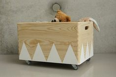 Very nice, simple toy box made of wood with swivel castors. The colored triangles can be ordered in other colors. The box has side intervention extinguisher and can be stacked. Hard, she loaded own well as Lauflernhile. Chic looks not only at the childs room, but a good smoothing is also in the living room. Dimensions: hxwxd 26 x 40 x 30 The box is hand-painted with special acrylic paint which suitable for children (Blue Angel) is the coating complies with the DIN EN 71-3 (saliva - and…