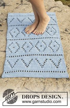 Crochet DROPS carpet with lace pattern in 2 strands Paris. Free pattern by DROPS Design.