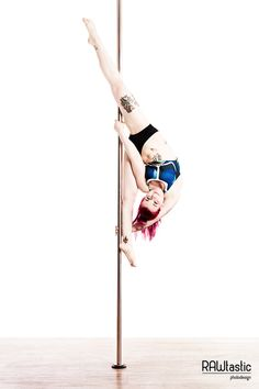 Pole Dance dancers always find a relaxed pose to hang out. One can see Emmy the relaxation formally.