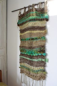 "Telar ""Verde con yute"" Weaving Textiles, Tapestry Weaving, Loom Weaving, Woven Wall Hanging, Hanging Art, Fabric Art, Woven Fabric, Macrame Bag, Weaving Projects"