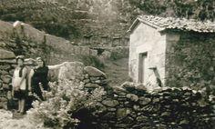 Dúas mulleres posando xunta unha parede. Cedida por Ezaro.com
