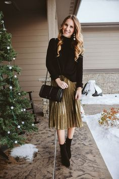 a festive look with a black oversized sweater, a metallic pleated skirt, black sock boots and a black bag - Styleoholic Metallic Skirt Outfit, Pleated Skirt Outfit, Metallic Pleated Skirt, Skirt Outfits, Dress Skirt, Chiffon Skirt, Fashion Mode, Modest Fashion, Girl Fashion
