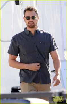 candid of Theo filming Lying and Stealing in LA, yesterday! New James Bond, Best Fan, Theo James, On Set, Candid, Men Casual, Mens Tops, Fashion, Moda