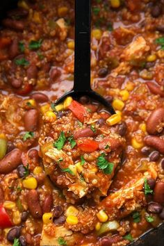 The easiest and tastiest chicken + quinoa chili made in the slow cooker. No need to cook the chicken or quinoa first!This is seriously one heck of a chili recipe! Not only is it so crazy easy, but… Crockpot Quinoa, Slow Cooker Chicken Healthy, Quinoa Chili, Healthy Chili, Easy Crockpot Chicken, Good Healthy Snacks, Chicken Recipes, Healthy Meals, Healthy Recipes