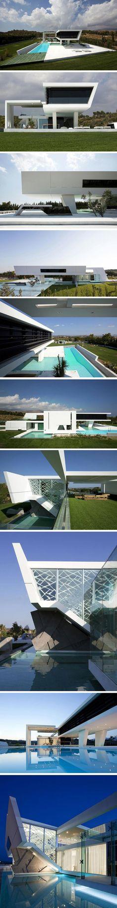 Maison surélevée à Athènes, Grèce Cette résidence futuriste suspendue sur de larges piliers, semble planer au-dessus de l'eau bleue de la piscine... Réalis