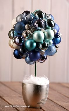 Drzewko bożonarodzeniowe z bombek w doniczce