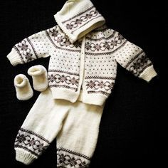 Discover thousands of images about Hentesett med inspirasjon fra Dale hefte nr 164 BEZ NÁVODU Baby Boy Knitting Patterns, Baby Sweater Patterns, Knitting For Kids, Baby Patterns, Free Knitting, Toddler Cardigan, Baby Cardigan, Baby Barn, Baby Overalls