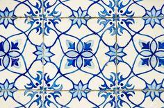 12192666-Portuguese-azulejos-old-tiled-blue-background--Stock-Photo-portugal-tiles-portuguese.jpg (1300×860)