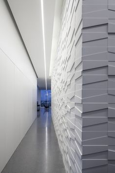 Minimalist House // all white hallway with asymmetrical textured wall and linear ceiling light // layers of white // Pitsou Kedem Architect Textured Wall Panels, 3d Wall Panels, Beautiful Interior Design, Modern Interior Design, Minimalist Interior, Minimalist Home, Minimalist Lifestyle, Drywall, Wall Design