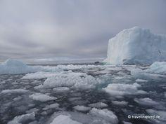 Unser Expeditionsschiff Fram wirkt winzig hinter dem riesigen Eisberg, Grönland  #hurtigruten #arktis #expedition #grönland #eisberg #packeis #travelinspired #reisebericht