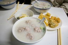 原本是要去吃成記粥品,但一路尋不著,在詢問當地人後她們推薦這一家「三元粥品專家」     Chinese Porridge ( 粥 ) is delicious, and has many different flavors.