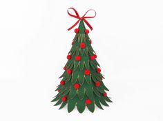 Dieses geschmückte Tannenbäumchen ist eine Geschenkverpackung. Es ist aus Fotokarton gefertigt und ca. 16 x 22 cm groß. Vorlagen dazu gibt es hier: https://www.crazypatterns.net/de/items/10365/weihnachtsverpackung-0-7-bastelvorlagen-mit-anleitung