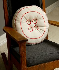 How to Make a Button Pillow -easy tutorial.  Different Colors for Kay's room would be so much fun!