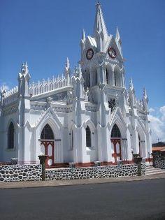Es la Iglesia Heredia. Se puede visitar y aprender sobre religión en Costa Rica.