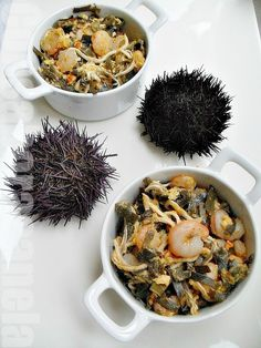 """Con sabor a canela"": Revuelto con huevas de erizos, gulas, y algas con ajetes / Scrambled eggs with sea urchin roe, elvers and algae with garlic."