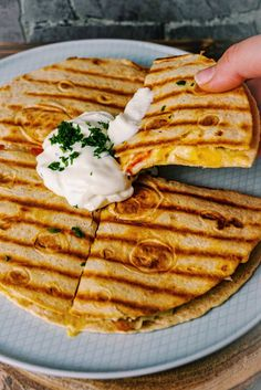 Fast and super tasty – the Spanish quesadillas are ready in the pan and still knock everyone off their feet! Print Chicken-Fajita Quesadilla Category: All Recipes, Breakfast / Brunch, Recipes, Warm Dishes Servings: 2 ingredients… Quesadillas, Fajita Quesadilla, Chicken Sandwich, Healthy Chicken Recipes, Mexican Food Recipes, Healthy Snacks, Breakfast And Brunch, Chicken Fajitas, Smoothie Recipes