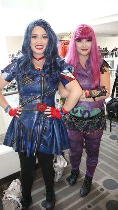 Mal and Evie cosplay descendants 2 Movie Costumes, Diy Costumes, Cosplay Costumes, Halloween Costumes, Halloween Ideas, Evie Costume Descendants, Disney Descendants, Hairspray Live, Secret Warriors