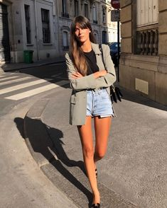 "💕""How to style jean shorts"", Leia Sfez shows us, which is your favourite Parisian Summer, Parisian Chic Style, Summer Chic, Street Style Summer, Spring Summer Fashion, European Street Style, Summer Days, Travel Outfit Summer, Summer Outfits"