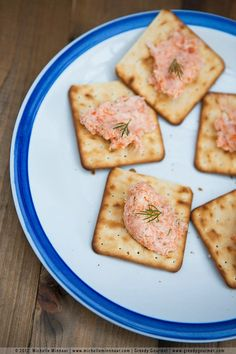 Smoked salmon pâté is a tasty & simple salmon recipe. Making homemade smoked salmon pate will take a few minutes. You need smoked salmon & double cream.