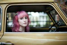 hayley in car. hayley williams from paramore. I wish I could do my hair this color. Hayley Williams, Demi Lovato, Hayley Paramore, Bright Hair Colors, Hair Color For Women, Grunge Hair, Cut And Style, So Little Time, Pink Hair