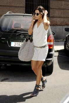 Sara Carbonero con un look casual en blanco