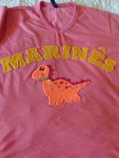 Blusa personalizada com nome e dinossauro em feltro.