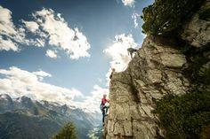 Von leicht bis schwer finden Sie im gesamten Zillertal verschiedene Klettergärten, Hochseilgärten und Boulder - Plätze. Die Ausrüstung kann vor Ort geliehen werden. Mountain Resort, Mount Everest, Mount Rushmore, Mountains, Nature, Travel, Summer Vacations, Climbing, Places