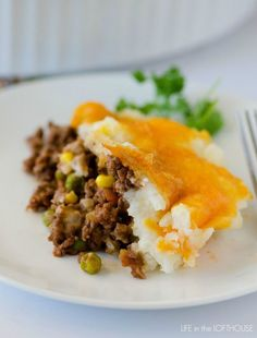 I thought I'd get into the spirit of St. Patrick's Day and share some of our favorite recipes this week! First up, Shepherd's Pie. I love this stuff. It is comfort food at its finest a... Sheppard Pie, Meat Recipes, Top Recipes, Real Food Recipes, Cooking Recipes, Food Dishes, Beef Dishes, Main Dishes, Carne