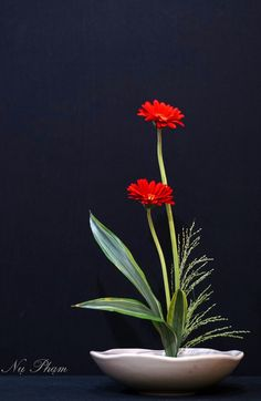 Ikebana, the oriental flower arrangement I've been thinking about lately … – World of Flowers Contemporary Flower Arrangements, Creative Flower Arrangements, Ikebana Flower Arrangement, Ikebana Arrangements, Artificial Flower Arrangements, Beautiful Flower Arrangements, Flower Centerpieces, Flower Vases, Artificial Flowers