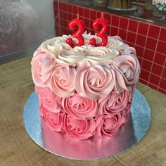 Tarta buttercream rosas. Birthday Cake, Cupcakes, Desserts, Food, Fondant Cakes, Lolly Cake, Candy Stations, One Year Birthday, Roses
