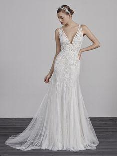 Свадебное платье ESTAMPA с прозрачной вставкой на спинке и стразами | Pronovias