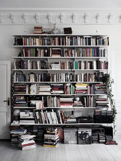 A Striking Swedish Home With A Wall of Books! (my scandinavian home) My Scandinavian Home, Scandinavian Apartment, Scandinavian Bookshelves, Danish Apartment, Bright Homes, Decoration Inspiration, Home Libraries, Swedish House, Book Aesthetic
