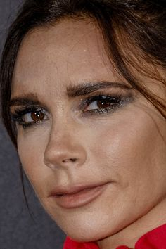 victoria beckham victoria beckham spice girls posh posh spice red carpet makeup celeb celebrity celebritycloseup - Home Page Makeup Photoshop, No Photoshop, Victoria Beckham, Beauty Skin, Beauty Makeup, Red Carpet Makeup, Daily Makeup Routine, Dior, Without Makeup