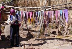 Echte mannen breien. Tenminste, op Isla Taquile in het Titicacameer. De uitzichten leken wel een ansichtkaart, erg idyllisch. De mannen op het eiland zijn constant aan het breien. Vrijgezelle of getrouwde mannen kun je herkennen aan de motieven op hun muts. Ze dragen geen trouwring, maar een riem waarin het haar van hun vrouw verwerkt zit, als teken van trouw. Scheiden doen ze niet. Reistip door communitylid manjaaa op de National Geographic ReisCommunity.