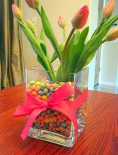 centre de table: tulipes dans un vase carré plein de bonbons-oeufs