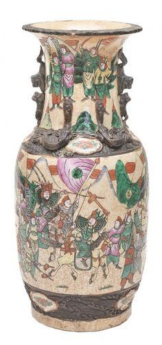 Vaso em porcelana chinesa com detalhes em bronze. Com restauro na borda. Alt. 45 cm.