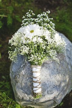 Bouquet of daisies and baby's breath