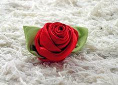 Aprenda a fazer esse botão de rosa de fita de cetim para seus projetos artesanais. #DIY #craft #flower