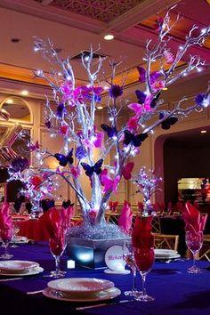 Centro de mesa con ramas de árbol decorado con mariposas de colores, rosa y violeta, y luces LED, precioso. #CentroDeMesa