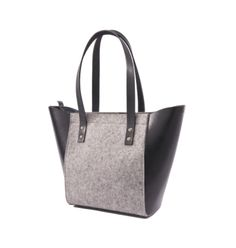 Les sacs made in Montréal qu'on adore pour le printemps! Wool Felt, Night Life, Leather Handbags, Opal, Tote Bag, My Style, Stuff To Buy, Collection, Buy Local