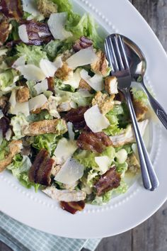 Caesar Salade met lekker gekruide kip, gebakken spek en krokante croutons. BrendaKookt.nl