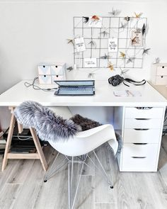 Sheepskin Cody, Time to work! A practical grid, many green plants, deco accessories in Scandi look and a cuddly fur. Done is a small but nice home office with a lot o. Study Room Decor, Room Ideas Bedroom, Small Room Bedroom, Dorm Room, Bedroom Decor, Home Office Storage, Home Office Design, Bedroom Storage, Home Office Decor