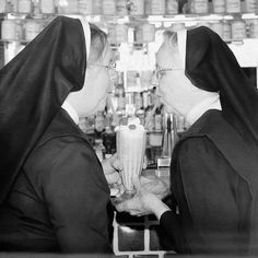 Nuns just wanna have fun The Nun's Story, Church Jokes, Nuns Habits, Sister Act, Bride Of Christ, Jaba, School Fun, Old Pictures, Funny Pictures