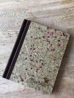 Holzkarte mit Organoid, ein wunderbares Material, hier werden Heu und Rosenblüten auf eine Holzplatte gepresst. Material, Card Holder, Cards, Book Binding, Laser Engraving, Wood Slab, Food Menu, Silk Screen Printing, Birch