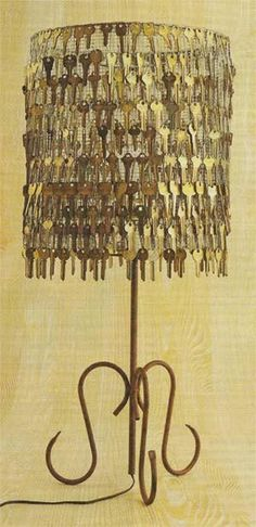 Old keys give this lamp shade da' steampunky look! That's a lot of old keys, wonder if I could find enough. Do It Yourself Design, Diy Upcycling, Upcycle, Recycle Art, Old Keys, Best Decor, Lamp Shades, Decoration, Diy Home Decor
