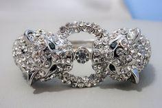 Ondertekende Kenneth Jay Lane - spectaculaire panther clamper armband met kristallen  Spectaculair en oog springende.Deze vintage panther clamper armband is zilver Toon verguld met sprankelende kristallen en smaragd groen kristal ogen.Maat gemeten binnen 65 inch (165 cm) breed op top 1.1 duim (28 cm)Uitstekende conditie!! Nooit gedragen!Gemarkeerde  KJL gemaakt in de VS1991 - 2000Kenneth Jay Lane (22-4-1932 / 20-7-2017)Hij was een bekende sieraden ontwerper. Hij werd beroemd toen het Dutchess va Lena Horne, Kenneth Jay Lane, Elizabeth Taylor, Diana, Diamond Earrings, Glamour, Jewelry, Fashion, Moda